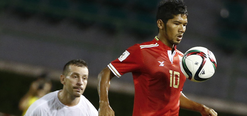 epa04969019 Myanmar's Kyaw Ko Ko (R) controls the ball next to Lebanon's Walid Ismail during their preliminary joint qualification round 2 match at the Supachalasai Stadium in Bangkok, Thailand, 08 October 2015.  EPA/DIEGO AZUBEL