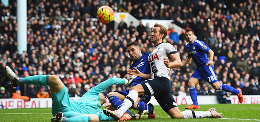 LONDON, ENGLAND - NOVEMBER 29:  Harry Kane of Tottenham Hotspur is foiled by Asmir Begovic and Gary Cahill of Chelsea during the Barclays Premier League match between Tottenham Hotspur and Chelsea at White Hart Lane on November 29, 2015 in London, England.  (Photo by Shaun Botterill/Getty Images)