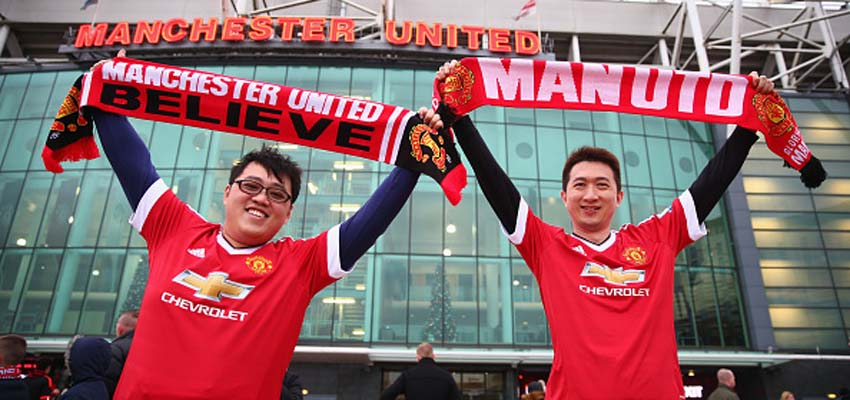 MANCHESTER, ENGLAND - DECEMBER 05: Manchester United supporters pose for photographs prior to the Barclays Premier League match between Manchester United and West Ham United at Old Trafford on December 5, 2015 in Manchester, England.  (Photo by Clive Brunskill/Getty Images)
